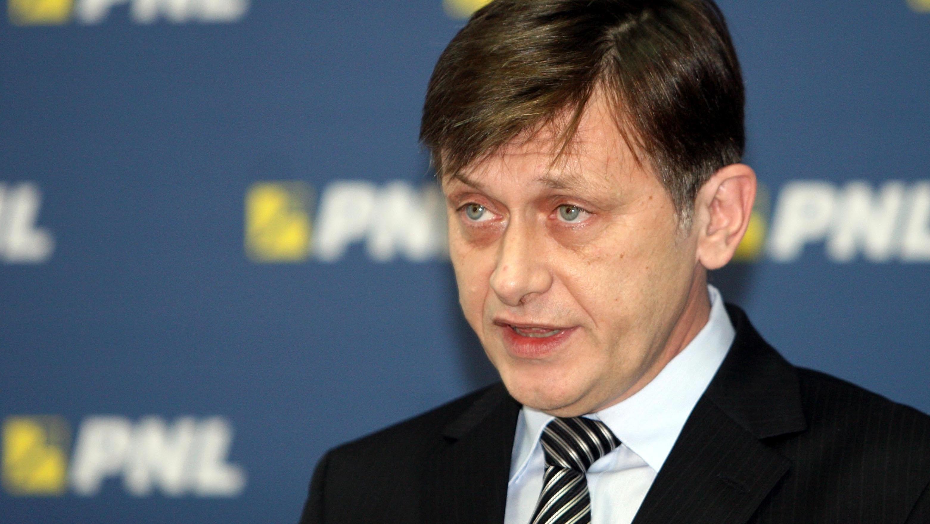 Antonescu, unei jurnaliste care l-a întrebat pe Ponta dacă îşi dă demisia: Asta e hărţuire!