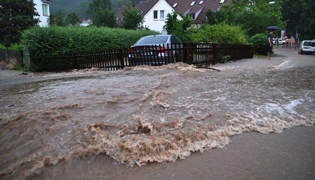 COD ROȘU. Sute de gospodării inundate, rămase fără energie electrică