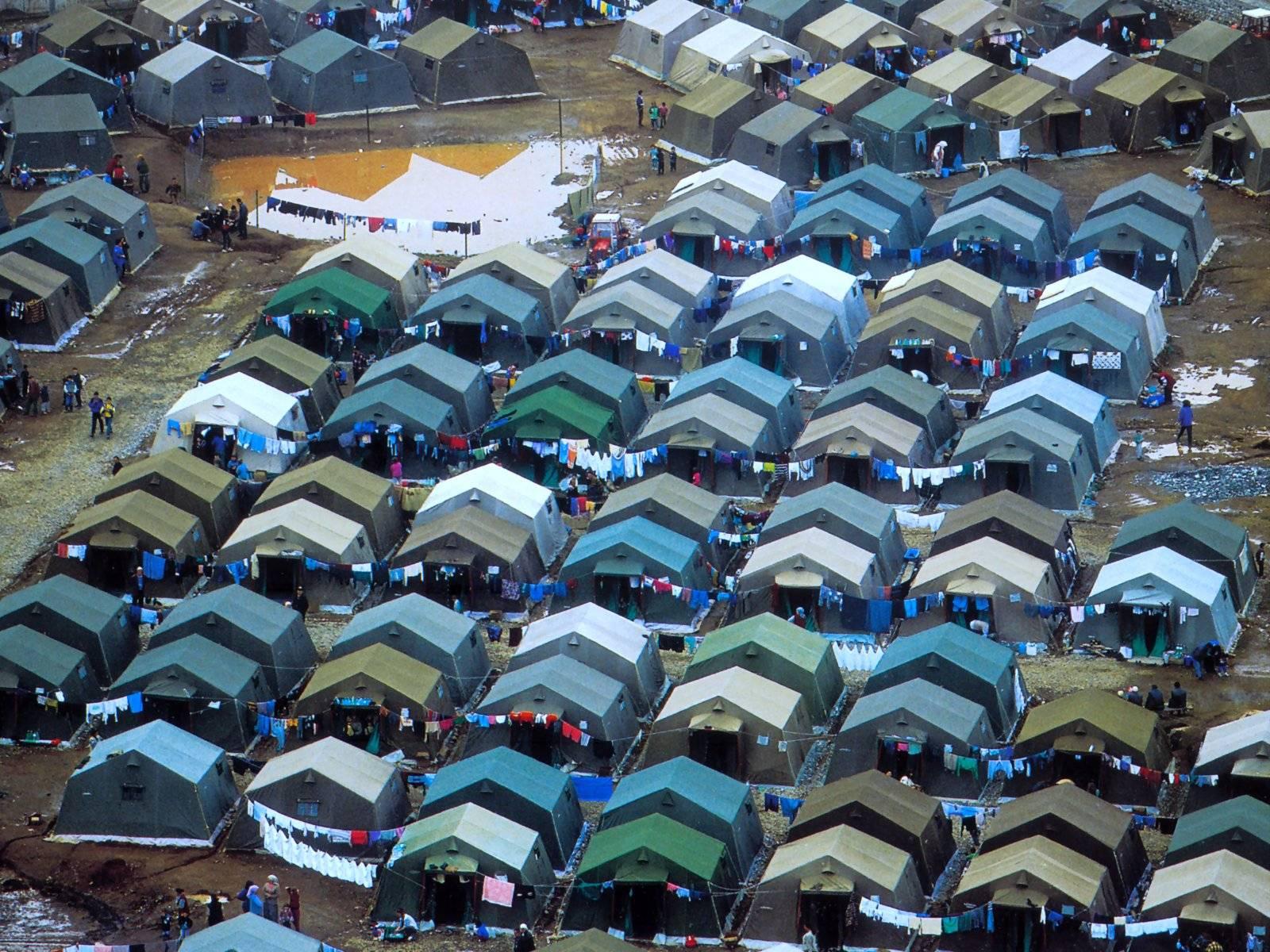 VIDEO. Autoritățile române au instalat primele corturi pentru refugiați