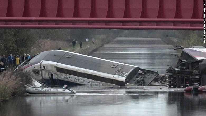 Zece morți, după deraierea TGV-ului, în Franța