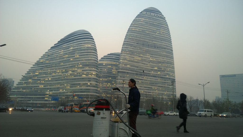 EXPERIMENT. Un chinez a aspirat aerul din Beijing şi a creat o cărămidă din smogul colectat
