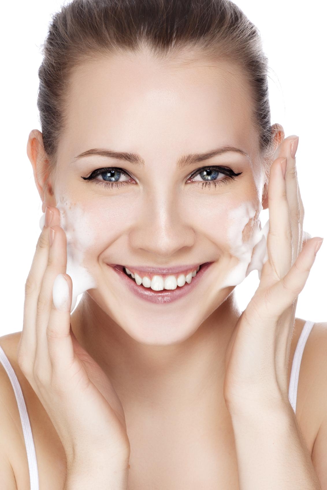 Inamicul din cosmeticele cu care îți speli fața
