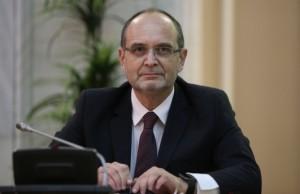 Ministrul Curaj cere control de urgenta la Colegiul Vianu Colegii elevului umilit in genunchi sustin ca a fost o gluma