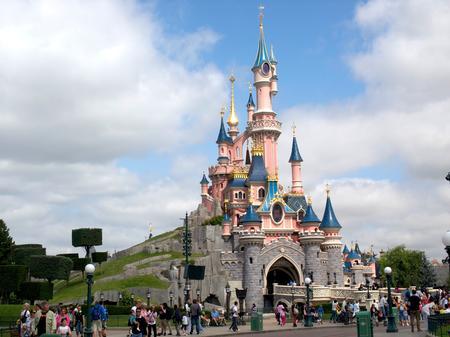 Un bărbat înarmat, arestat la Disneyland din Paris