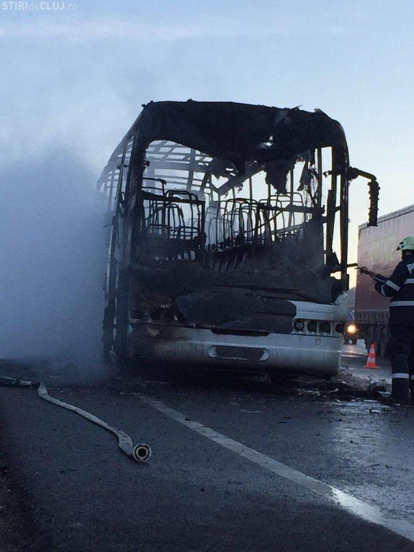 Un autocar cu pasageri a luat foc în trafic