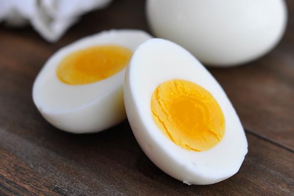 Cum cureți perfect un ou fiert (în câteva secunde!)