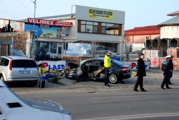 TRAGEDIE RUTIERĂ LA BRĂILA. Cinci persoane au murit după ce o maşină a intrat în plin într-o staţie de autobuz