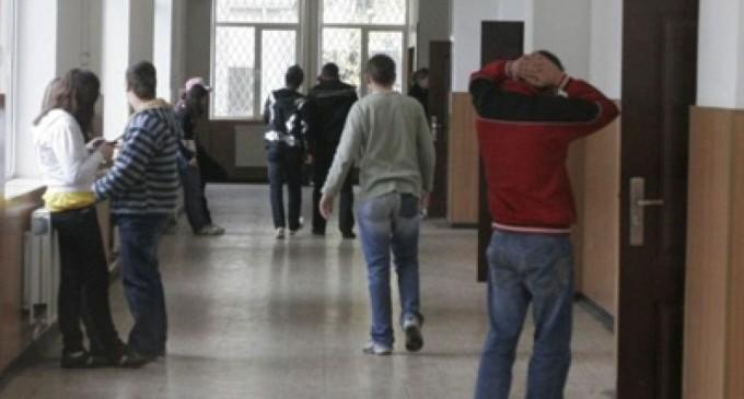 Copilul din Argeș bătut cu pietre în curtea școlii a murit
