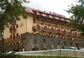 Incendiu puternic la un hotel din Predeal. Peste 120 de turişti au fost evacuaţi