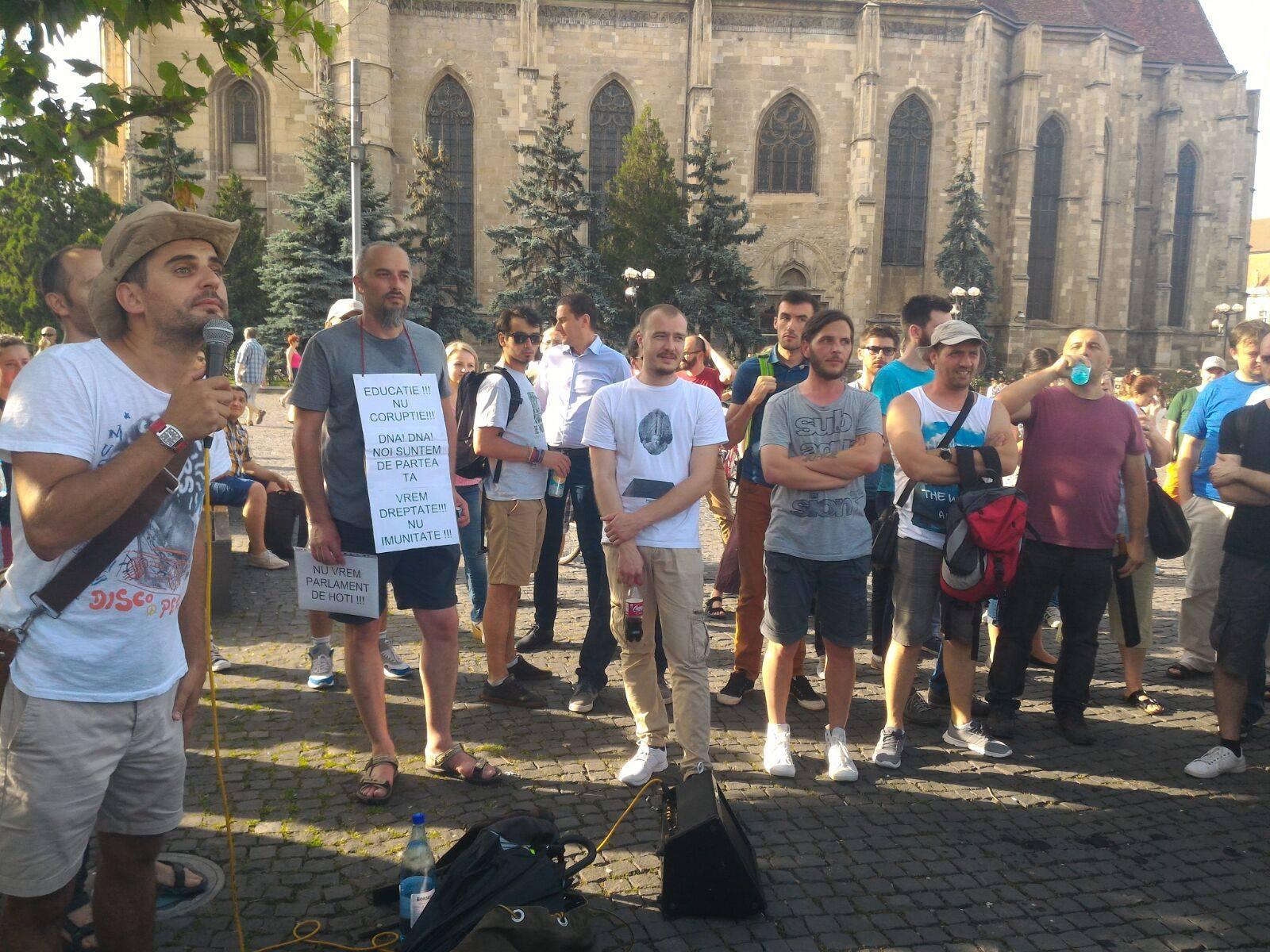 Nerușinarea parlamentarilor a scos românii în stradă