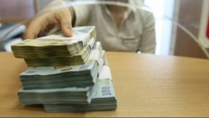 Numărul românilor care se împrumută de la bănci crește de la lună la lună