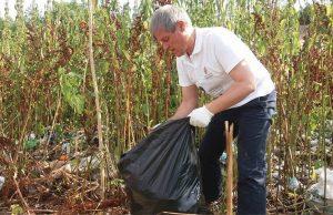 Dacian Cioloş a strans gunoaie cot la cot cu voluntarii in Parcul Natural Vacareşti
