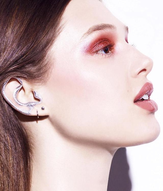 Noul trend în frumusețe: machiajul urechilor