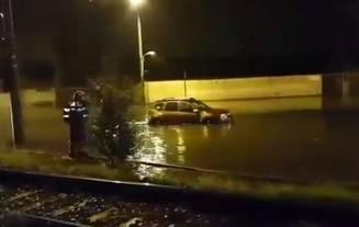 VIDEO Furtună în Brașov: apele au luat mașinile de pe șosea