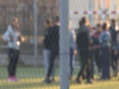 Elev în stare gravă după ce i-a căzut poarta școlii în cap