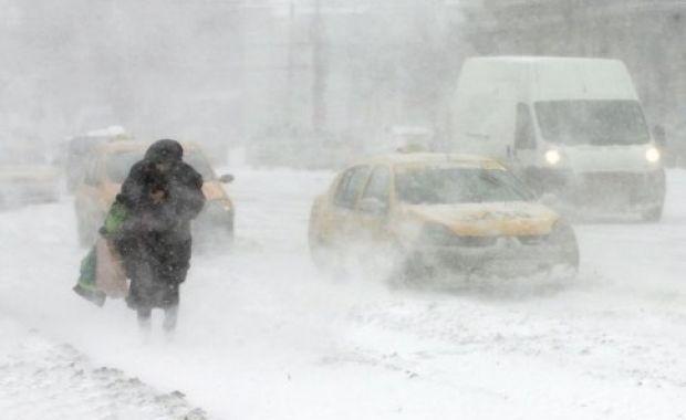 Alerta meteo de ninsori şi ploi se prelungeşte