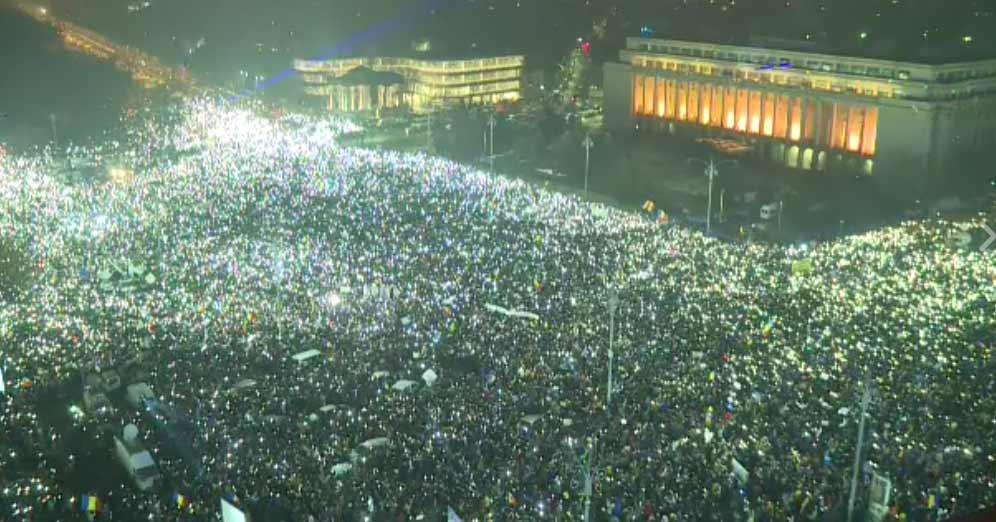 Protest inedit în ziua congresului PSD. Găleţi cu lapte, ouă, ulei, pâine, hârtie igienică, suzete, cutii cu rahat