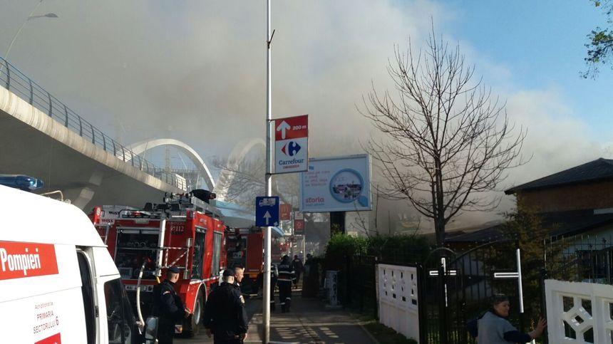 Incendiu puternic la o clădire de pe Şoseaua Grozăveşti