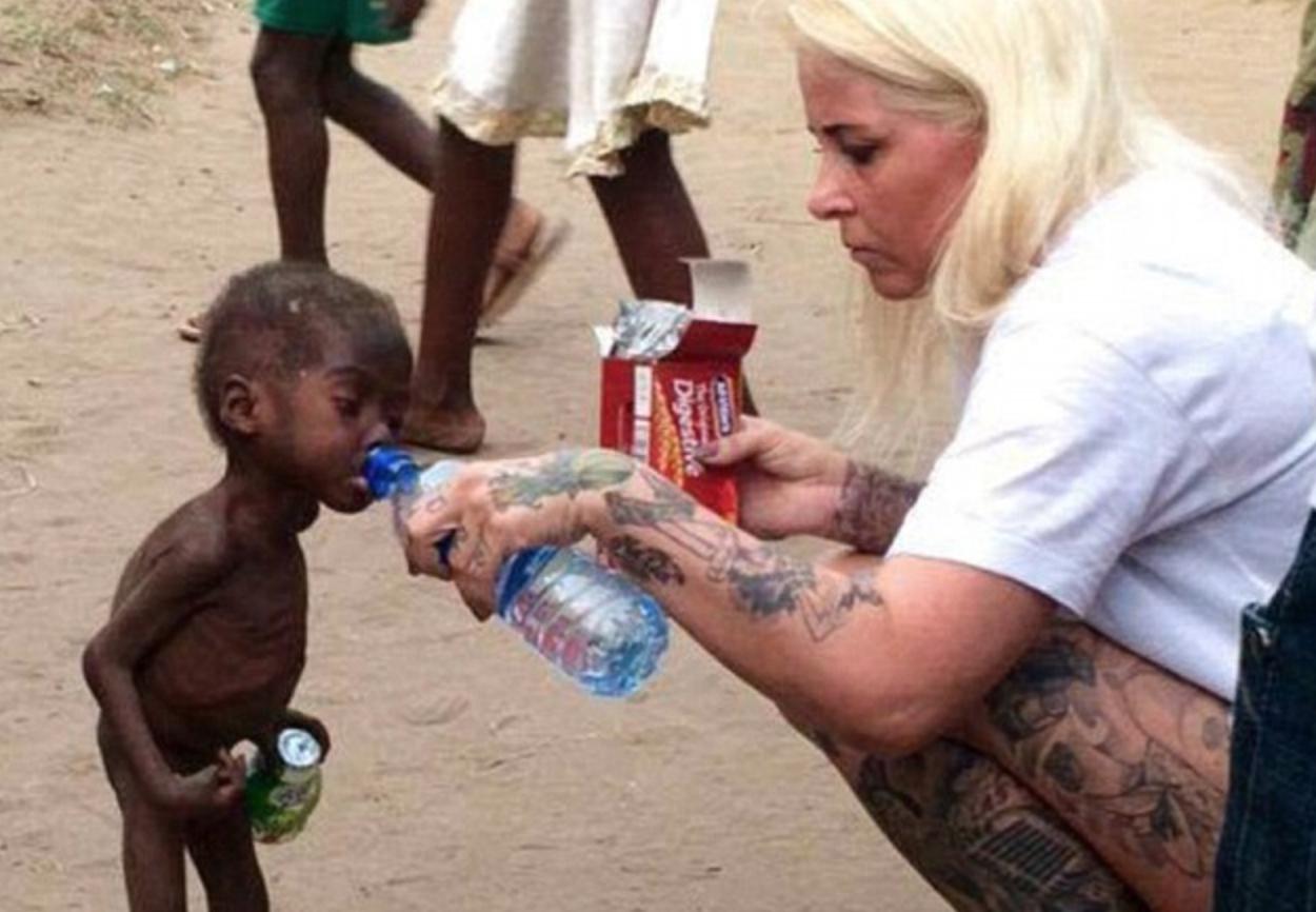 Vi-l mai amintiți pe băiețelul nigerian subnutrit salvat acum un an de muncitorii umanitari? Iată cum arată acum