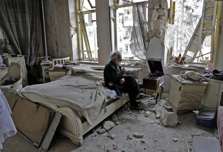 Bătrânul care a pierdut tot: povestea emoționantă din spatele celei mai răspândite fotografii din Siria