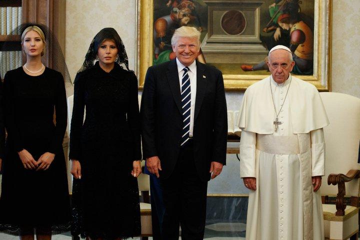 Povestea din spatele fotografiei virale din timpul vizitei lui Trump la Vatican! A zâmbit sau nu Papa Francis?