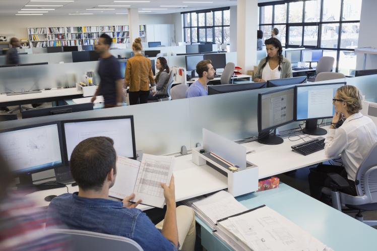 Ce se întâmplă când oamenii se plictisesc la muncă? Râzi cu lacrimi
