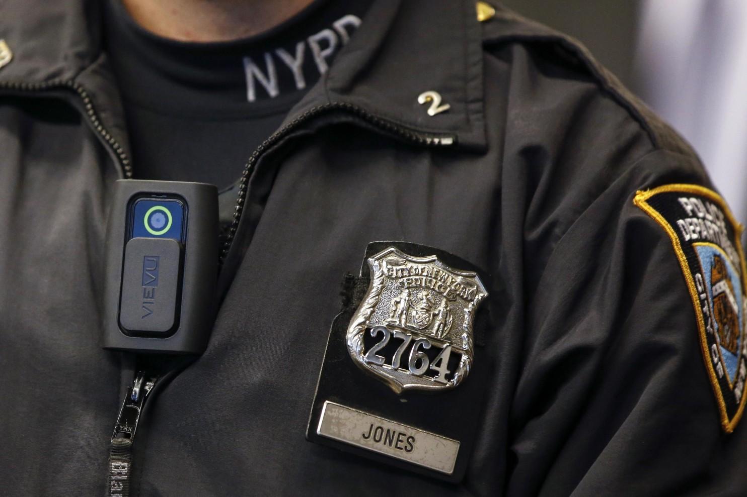 Reacția unui polițist când un copil i-a spus că vrea să fugă de acasă a uimit internetul! Povestea emoționantă