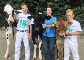 FOTO Un băiat de 15 ani și vaca sa, vedete pe internet! Cum au fost fotografiați