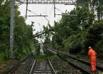 CFR: 117 trenuri blocate, peste 14 000 de minute întărziere în urma furtunii de duminică