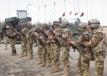 Fifor îi asigură pe militari că salariile se plătesc la timp