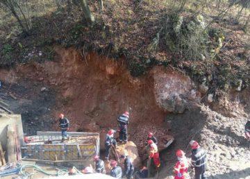 Muncitori prinși sub un mal de pământ