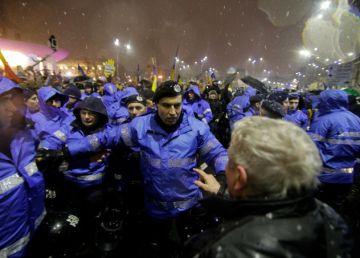 Jandarmul care a lovit cu pumnul un protestatar, identificat