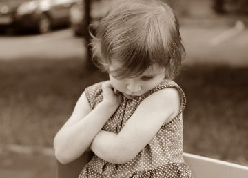 Ce înseamnă când copilul tău refuză brusc să mai vorbească. Tulburarea de care puțini părinți știu