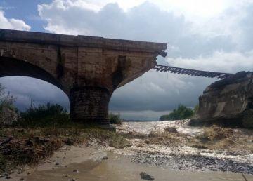 Pod de cale ferată, rupt de viitură în județul Brașov