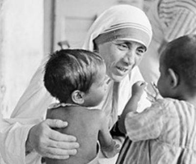 """Maica Tereza de Calcutta, un destin închinat celor """"nedoriţi, neiubiţi şi neîngrijiţi""""din lumea întreagă"""