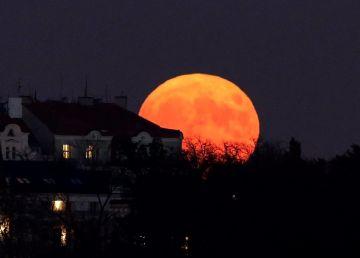 Eclipsă totală de Lună. Punctul maxim în România