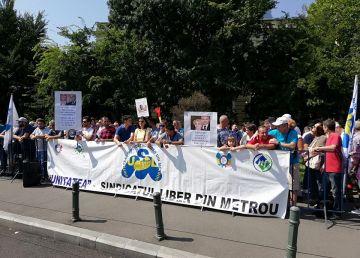 """Foto. Sindicaliştii de la metrou protestează la Guvern: """"Jos miniştrii mincinoşi!!"""""""