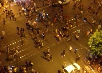Protestatari care se adăpostesc pe strada Buzești după ce jandarmeria a dat o grenadă lacrimogenă
