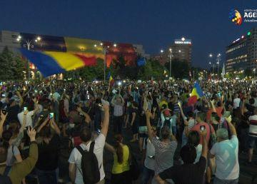 Câteva sute de persoane protestează pașnic în Piața Victoriei
