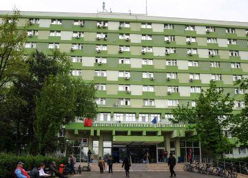 O asistentă de 28 de ani din Timișoara a fost bătută în fața spitalului