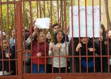 Revoltă la o şcoală din Drumul Taberei. O profesoară de educaţie tehnologică îşi terorizează elevii