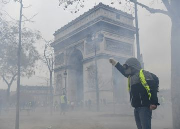 "FOTO. Ciocniri violente pe Champs Elysees. Al treilea protest ""al vestelor galbene"""