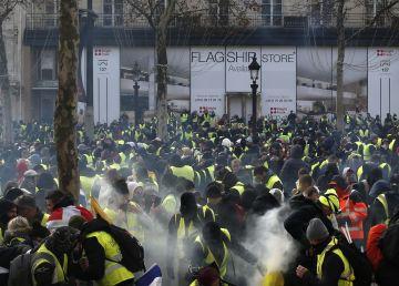 "Arestări masive, jafuri și clădiri devastate în urma manifestațiilor ""vestelor galbene"""