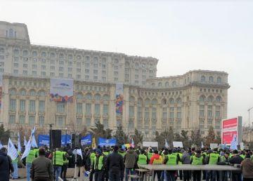"""A doua zi de protest a politiştilor pentru o salarizare echitabilă. """"Noi murim în stradă, voi staţi la şaradă!"""""""