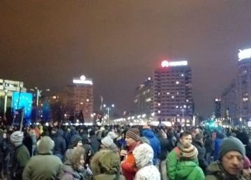 Mii de oameni la protestul din Piața Victoriei