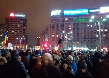 Galerie Foto. Mii de oameni la protestul din Piața Victoriei pentru apărarea justiției