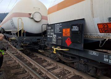UPDATE. FOTO. Pericol pe calea ferată. Circulaţia feroviară s-a redeschis