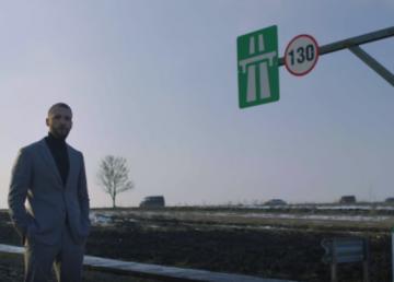 Un edil PSD, alături de românul care a construit singur un metru de autostradă