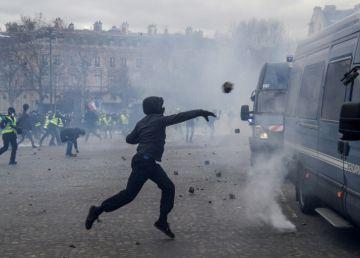 Foto. Video. Noi violențe pe Champs Elysées! Vestele galbene, pentru al 18-lea weekend în stradă