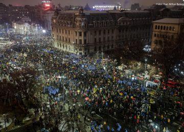 """UPDATE. """"Noapte albă în Piaţa Universităţii #rezistăm"""". Sute de oameni scandează: """"PSD- ciuma roșie!"""""""